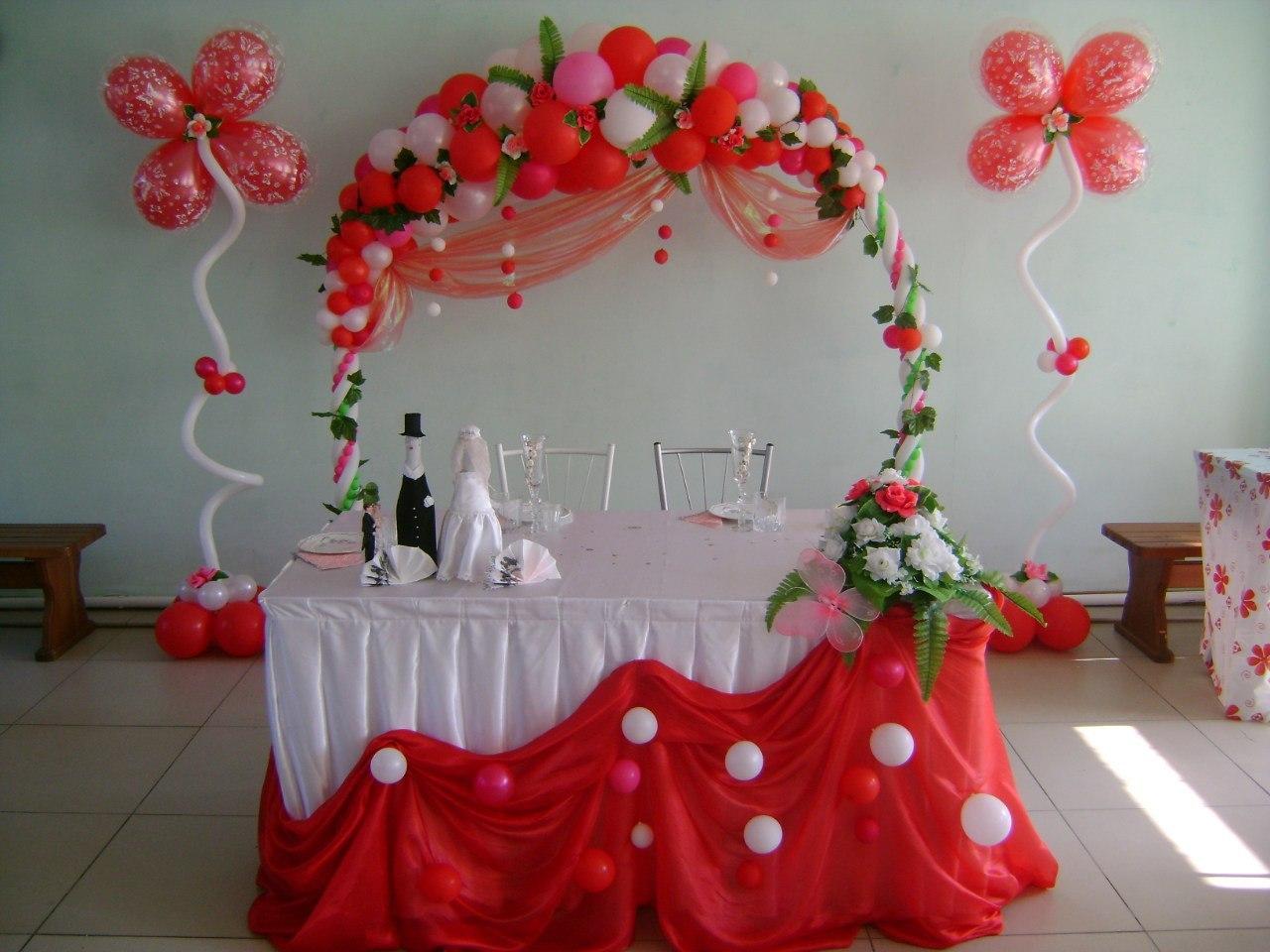 Украшение зала красными шарами фото